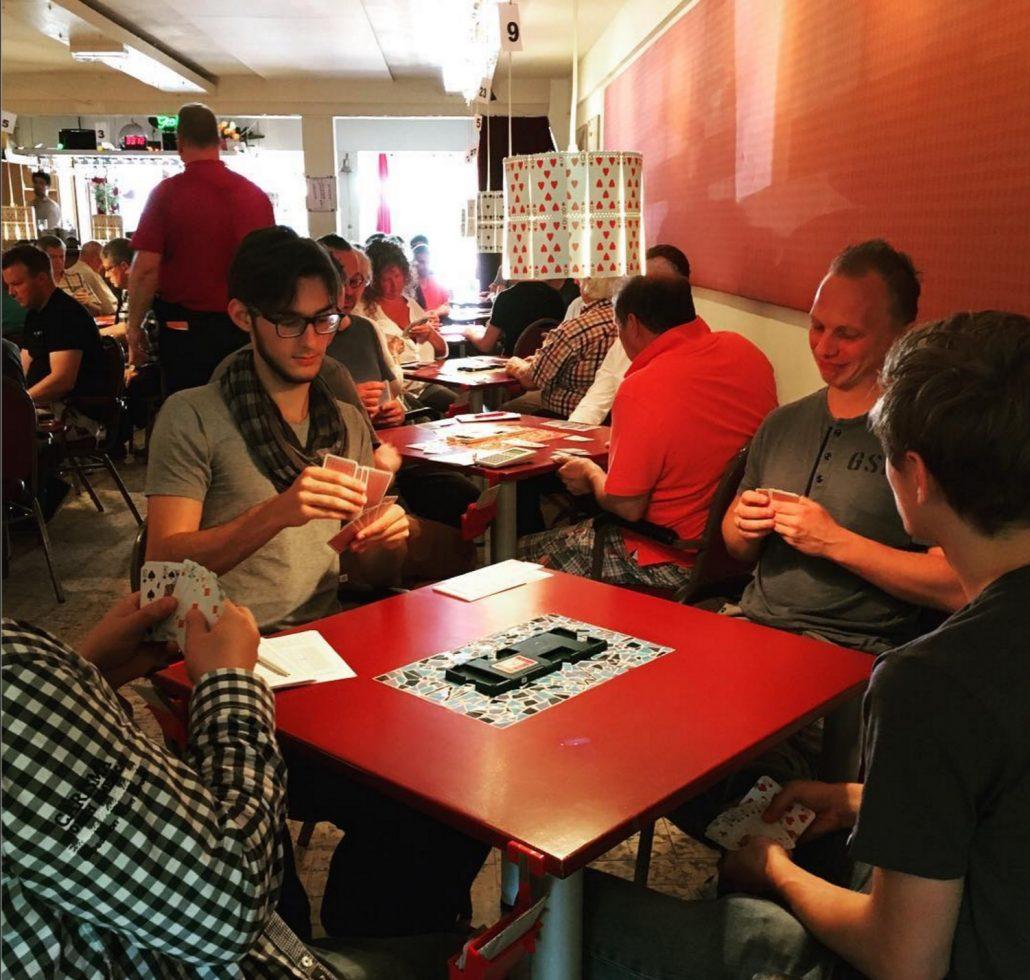Spelen in de sfeervolle zaal (hier op het Interbridge toernooi)
